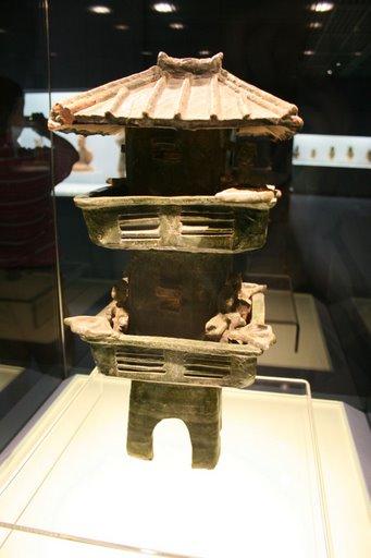 tháp canh gốm men xanh thời Đông Hán