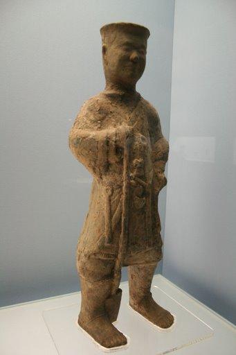 Tượng gốm xám người cầm xẻng, Đông Hán