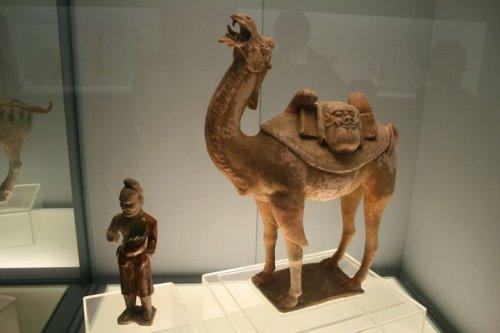 Tượng lạc đà và người cởi men tam sắc ( Tang sancai)