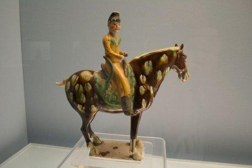 Tượng người cởi ngựa men tam sắc ( Tang sancai)