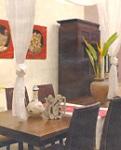 phòng ăn với hoa chuối trang trí ở góc phòng