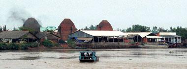 Làng gốm bên bờ sông Cổ Chiên