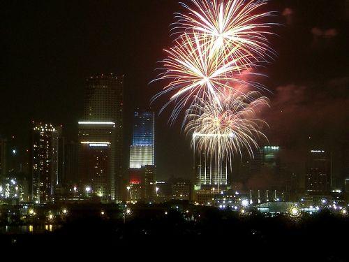 bắn pháo bông mừng lễ Ngày Độc lập tại Miami-Florida. Tháp Bank of American bừng sáng với sự phối hợp ba gam màu lam, đỏ và trắng