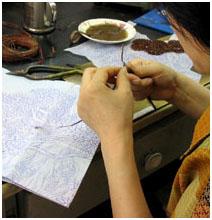 Dùng kềm uốn tạo hoa văn theo mẫu trên giấy