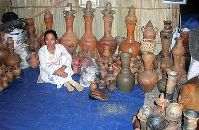 Nghệ nhân xóm Gọ với những sản phẩm gốm nung.
