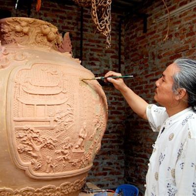 Ông Nguyễn Đăng Vông say sưa với gốm