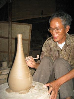 Nghệ nhân Nguyễn Thanh Nhàn làng nghề gốm Hương Canh.
