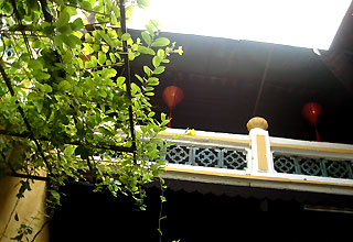 Sân trời rộng rãi ở giữa căn nhà có tác dụng thông thoáng.