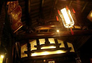 Những đường nét kiến trúc cổ điển được chạm khắc trên trần.