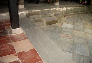 Lớp gạch và đá lát nền bền màu theo thời gian.