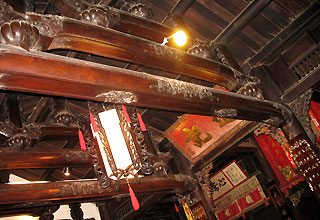 Những cột, rường chồng lên nhau tạo sự chắc chắn thường thấy trong kiến trúc Nhật.