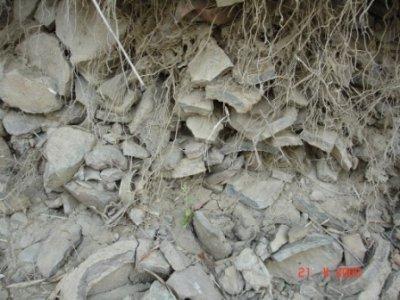 Mãnh vỡ các loại đồ dùng bằng gốm Xếp chồng chiều dày trên một mét, dưới mặt đất khoảng hơn mét