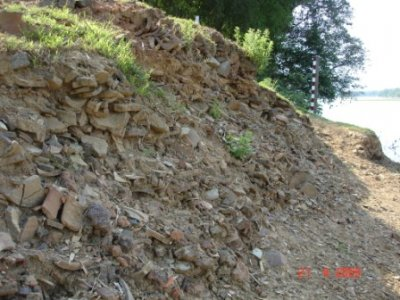 Dấu tích làng Gốm Xưa kéo dài mấy trăm mét dọc sông