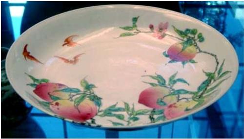Dĩa dòng Famille rose thời nhà Thanh vẽ dơi và trái đào biểu tượng phúc - thọ.