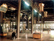 Một gian trưng bày cổ vật ở nội thất điện Long An