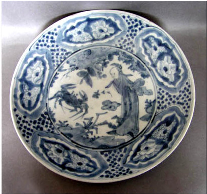 Đĩa swatow cuối triều Minh vẽ con cua và nho sinh