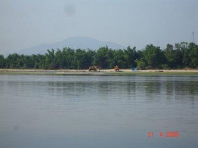 Phía trên bãi cát dân làng  phơi bún bánh Phía dưới bãi cát thành mỏ...cát thoải mái tận thu!?