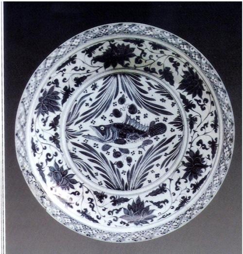 Đĩa men lam nhà Nguyên vẽ hoa sen và loại cá pecca TQ. Motif này vận dụng sự đồng âm của hoa sen ( liên ) để biểu tượng cho liêm khiết và âm yue cho sự trong sạch và thanh bạch