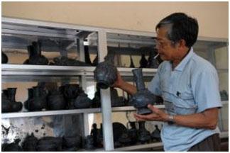 Ông Vũ Văn Thuận bên sản phẩm gốm đen