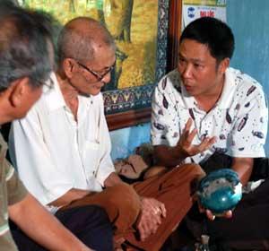 Những người nghiên cứu, sưu tầm gốm Quảng Đức trao đổi với cụ Nguyễn Thịnh