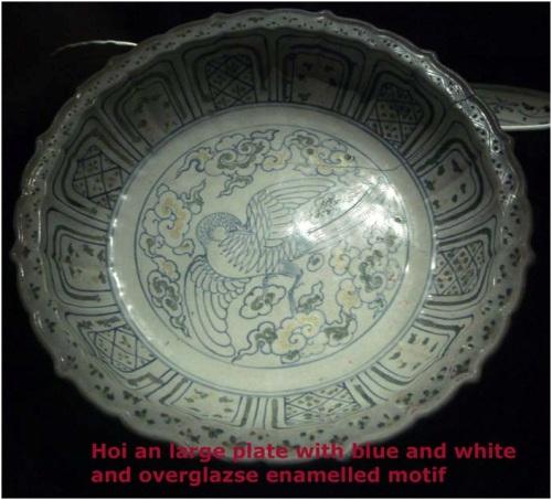 Dĩa Chu Đậu lớn trang trí trên men men lam (overglaze enamelled motif)