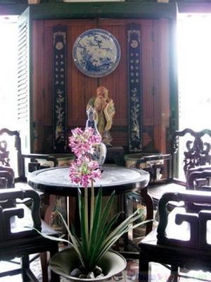 Bộ bàn được trưng bày trong nhà cổ