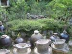 Khắp nơi ngoài sân, vườn, mọi chỗ ở, xó xỉnh trong nhà, đâu đâu cũng có gốm sứ, cổ vật ...