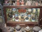 Gốm và cổ vật trong tủ kính