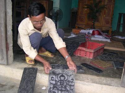 Nghệ nhân Kỳ Hữu Phước với những bản mộc 150 năm tuổi