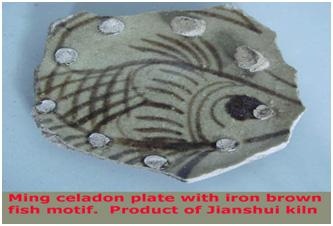 Đĩa celadon thời Minh, motif vẽ cá nâu chứa sắt