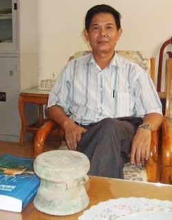 Giám đốc bảo tàng Quảng Ninh Trần Trọng Hà bên chiếc trống đồng Minh Khí giả cổ giá 150 ngàn đồng.