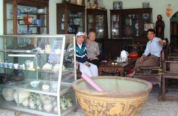 Một cửa hàng bán cổ vật trên phố Nghi Tàm (Hà Nội).