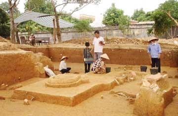 Tiến sĩ Lại Văn Tới (Viện Khảo cổ học) chỉ đạo khai quật tại di tích Cổ Loa (Đông Anh, Hà Nội).