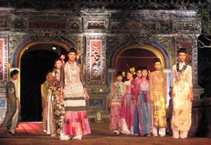 Biểu diễn Lễ hội áo dài trong Festival Huế 2008