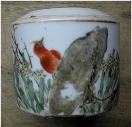 Đồ án trang trí vẽ chim paradise flycatcher, đá (biểu tượng cho thọ) và hoa thủy tiên.