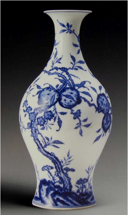 Bình thời Thanh - Ung Chính, men trắng vẽ men lam, motif 9 quả đào. 9 (cửu) phát âm giống jie có nghĩa là lâu dài.