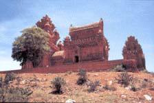 Quần thể đền Pô-Kluang Garai ở Phan Rang (thế kỷ 14), với ngôi nhà hình thuyền nằm ngang trn một trong ba ngọn