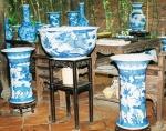 Bát lớn và ống cắm tranh, phỏng chế theo đồ sứ Nội phủ thị trung thời Lê - Trịnh.