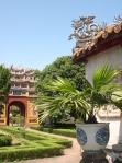 ồ sứ tân ký kiểu của Thái blue góp phần tái hiện không gian xưa trong Hưng Tổ Miếu.