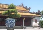 Thống sứ Thái blue vẽ lưỡng long triều nhật trước Thái Hòa Điện (Đại Nội Huế).