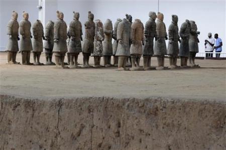 Trong ảnh là các chiến binh đất nung, được đào trong lần khai quật đầu tiên từ năm 1978-1984 tại một bảo tàng ở Tây An. Trong lần khai quật đầu tiên người ta đã đào được hàng trăm chiến binh.