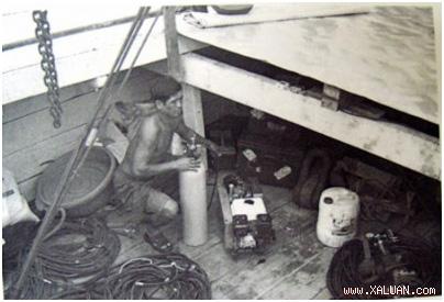 Thợ lặn chuẩn bị bình và khí lặn trong cuộc khảo sát di chỉ tàu đắm trên biển gần Hòn Thơm và Hòn Dầm năm 2008.