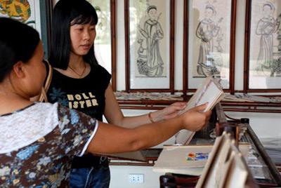 tranh Đông Hồ được bày bán trong nhà sách