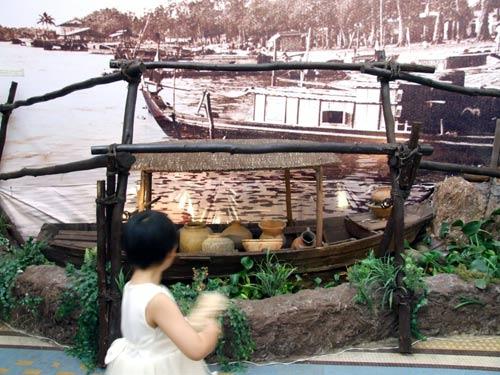 Một em bé đi ngang qua khu triển lãm