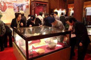 Khách đến tham quan tìm hiểu về một số cổ vật ở Khu Hoàng thành Thăng Long xưa tại Văn Miếu - Hà Nội.