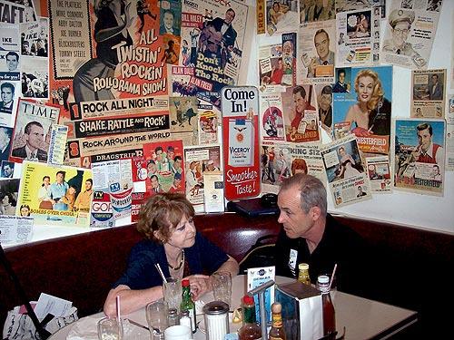 Roxanna Brown với anh trai Fred của bà tại Cafe 50 ở Santa Monica vào đầu tháng Ba. Anh trai bà kể lại rằng bà túng quẫn và lo lắng về một cuộc điều tra liên bang đối với những đồ vật bị cho là những cổ vật Thái Lan bị đánh cắp