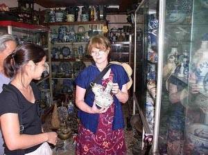 Ảnh Roxanna bên những cổ vật - Nguồn: Thestar.com.my