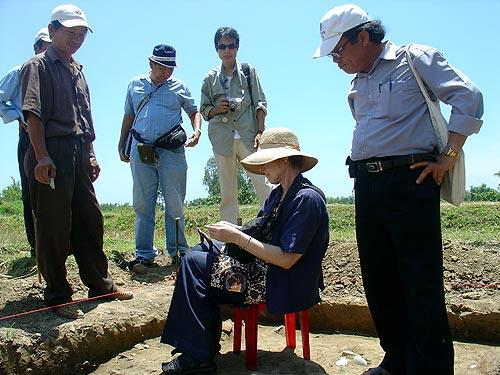 Roxanna Brown tại một hố khảo cổ Đông Nam Á. Vào giữa thập niên 1990, bà chuyển đến Los Angeles để khôi phục sự nghiệp của mình và đến năm 2004 bà đã có được bằng Tiến sĩ tại Đại học California - Nguồn: Latimes.com