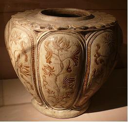 Thống trang trí hoa sen, cúc dây. Gốm hoa nâu, triều Trần, thế kỷ 13 - 14