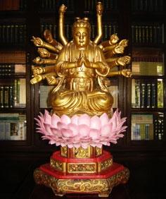 Bức tượng Bồ Tát Chuẩn Đề kiểu dáng mập, khuôn mặt đầy đặn tròn trịa và rất hiền.